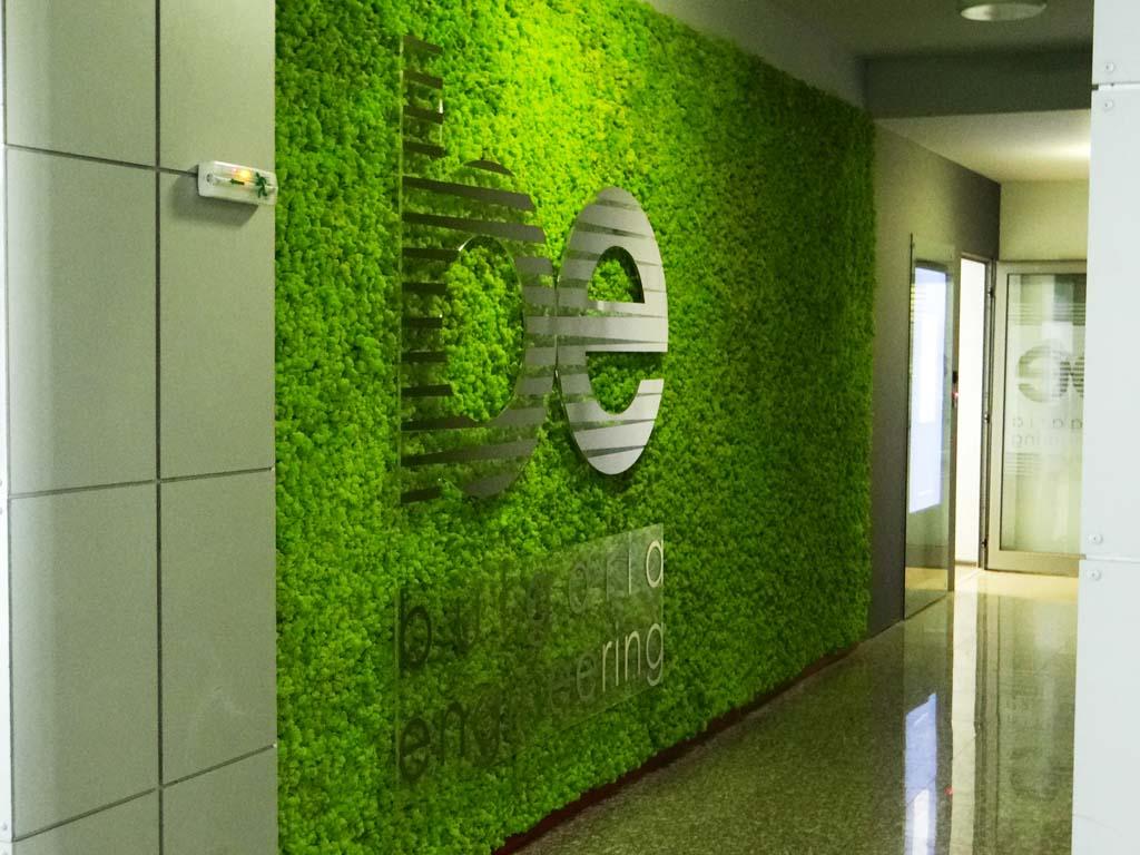 Зелена стена от мъх в офиса на енергийна компания