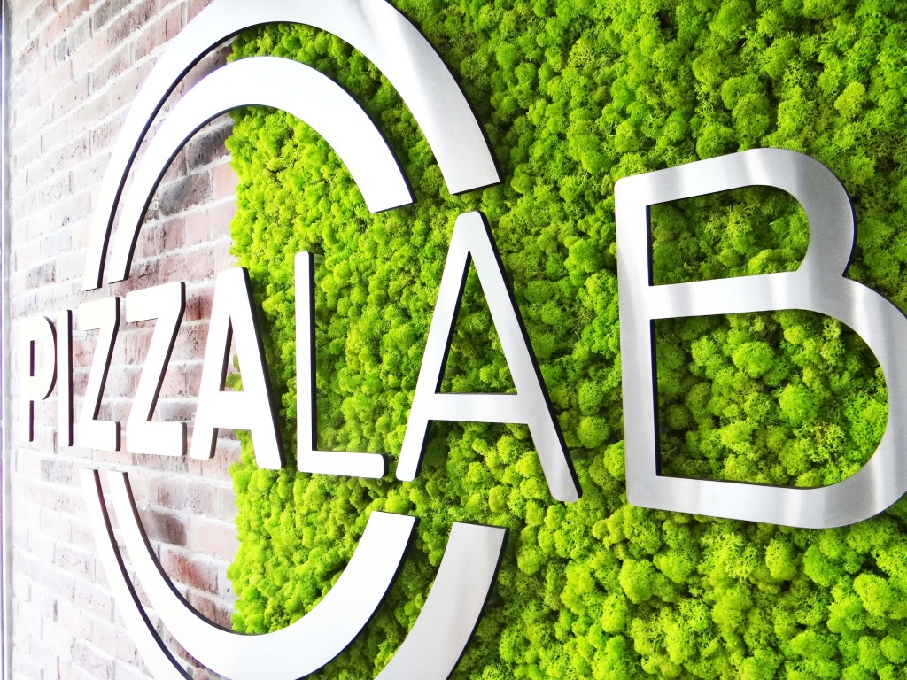 Зелена стена от Скандинавски мъх в ресторант