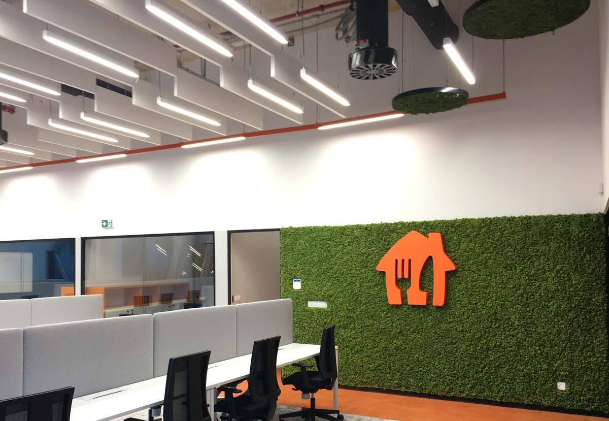 зелени стени от скандинавски мъх в офис Take Away