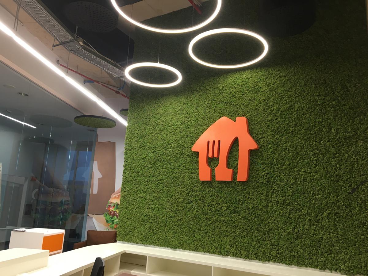Интериорни пана и зелени стени от скандинавски мъх в офис Take Away
