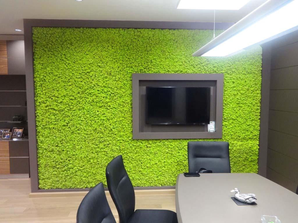 Зелена стена в конферентна зала в офис