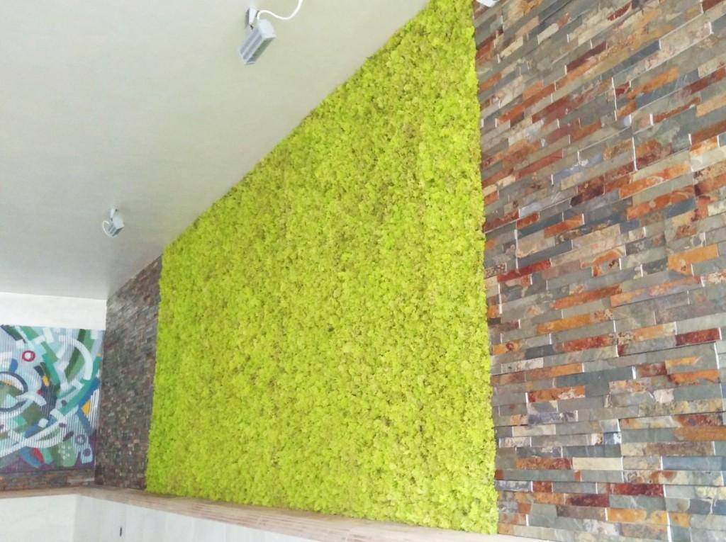 Зеленa стена от мъх в спортно-развлекателен комплекс