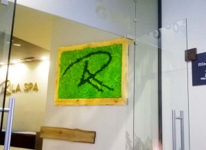 Рекламната табела на хотел Рила в Боровец се намира в лобито на СПА центъра на хотела.